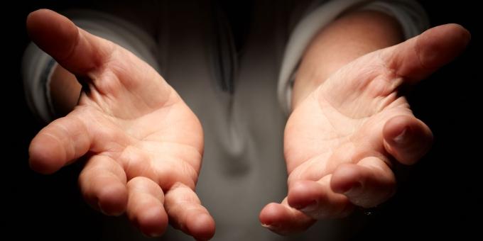 las manos tendidas